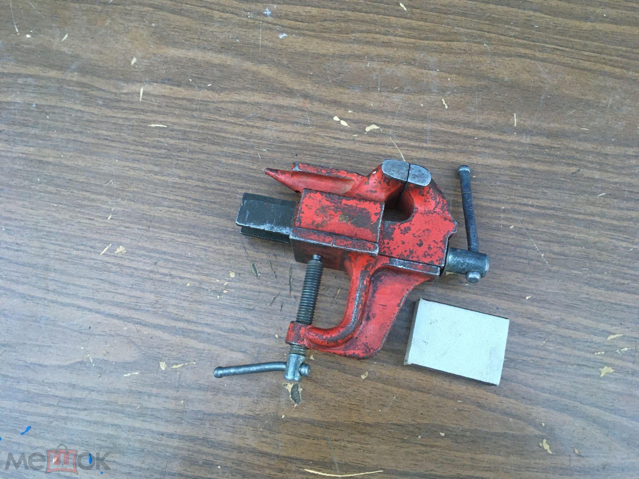 Тиски слесарные маленькие красные  ЧиЗ СССР с наковальней