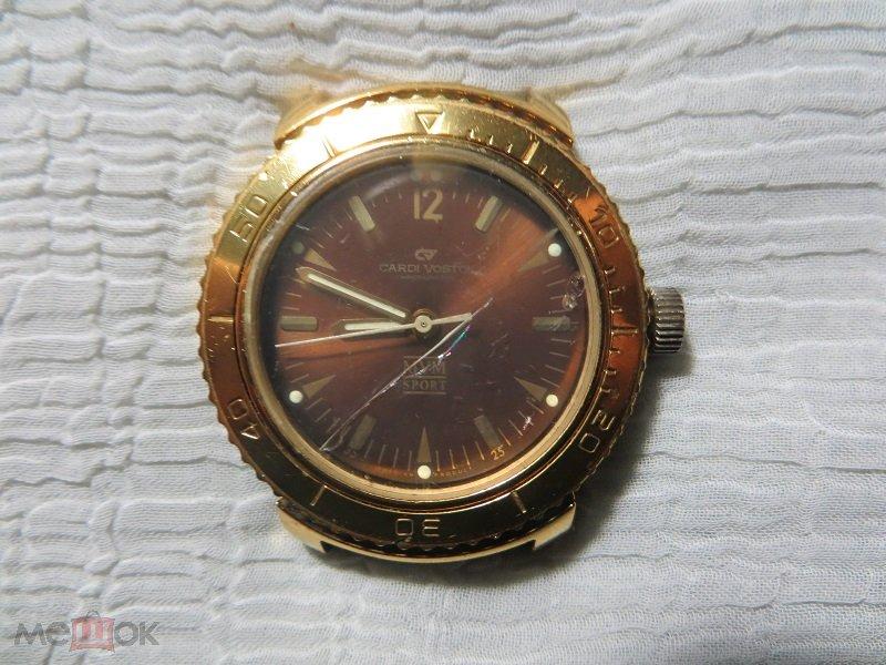 Эти часы механические, с тёмно-синим циферблатом и люминисцентным покрытием на стрелках и указателях цифр.
