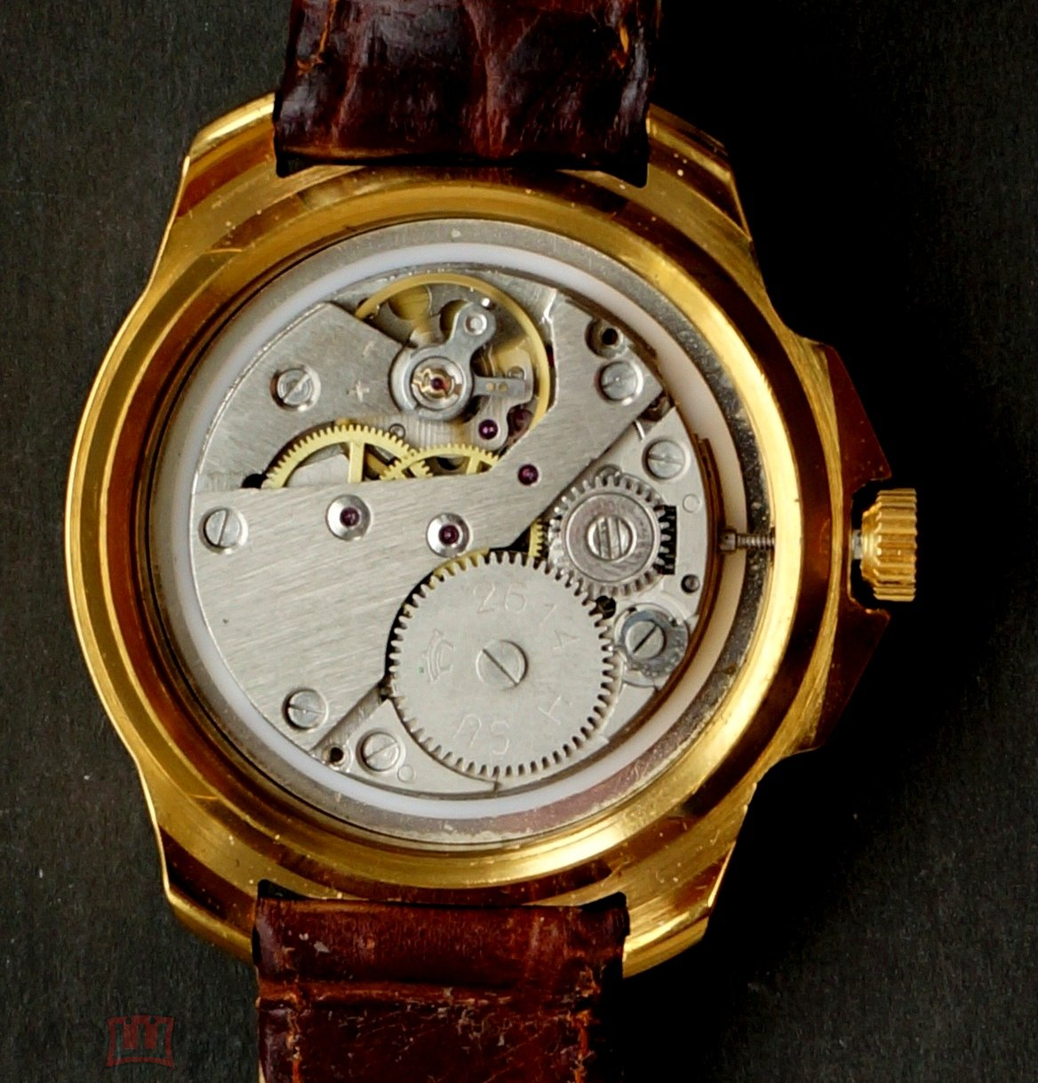 Ну может быть, стоит сказать спасибо тому часовщику, который сотворил сей дизайн, заточенный под золотые 60х.