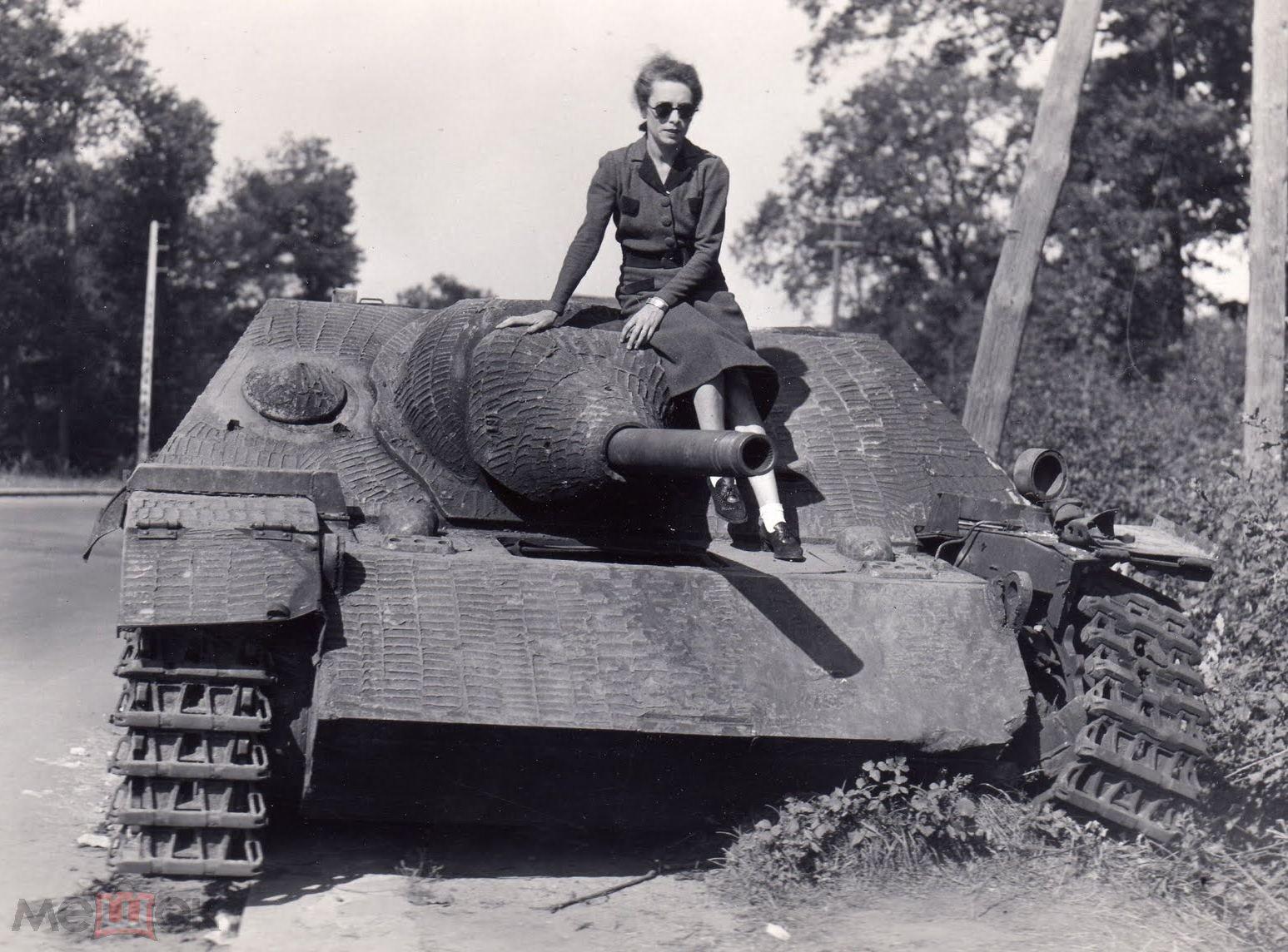 фото  война немцы женщина на подбитой САУ